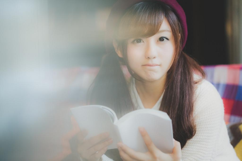 分かりやすい本に夢中になる女性