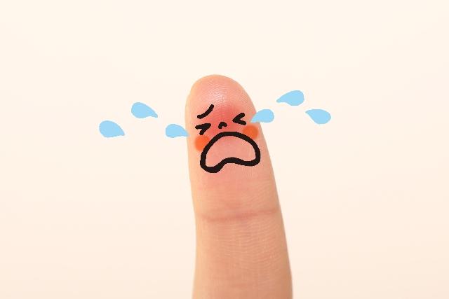 悲しさを示す指