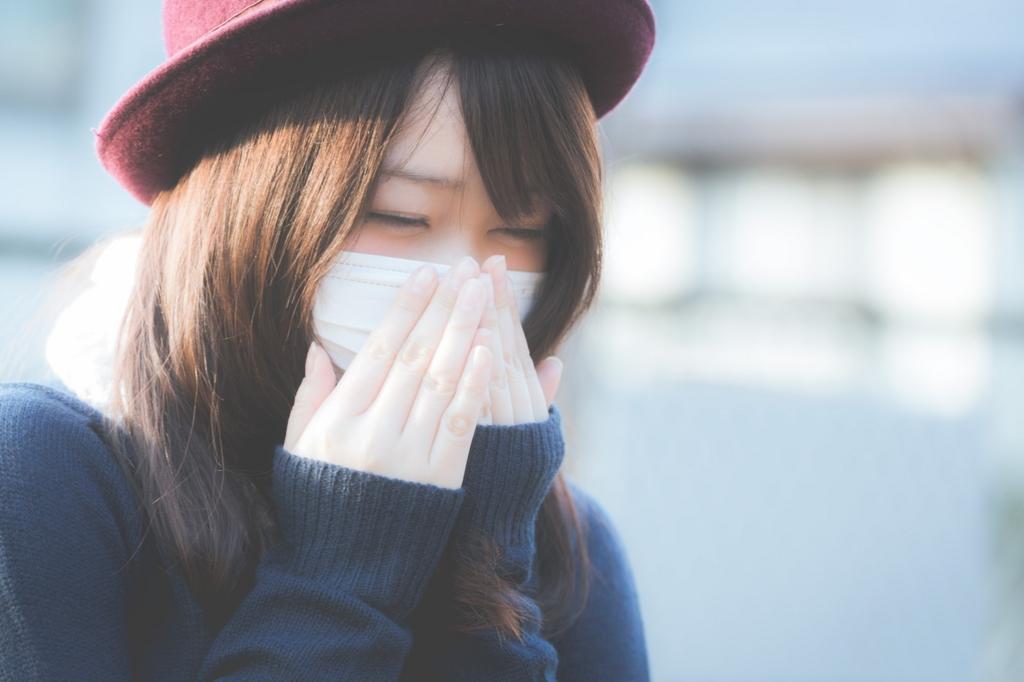 風邪をひいて体調が悪くなった女性