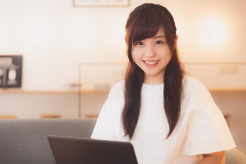 動画配信サイトU-NEXTを利用する女性