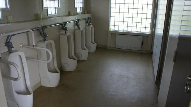 トイレで行われた奇襲攻撃