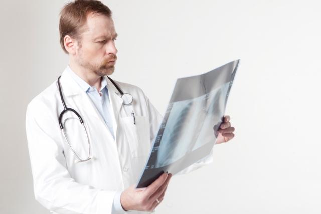総回診をする男性医師