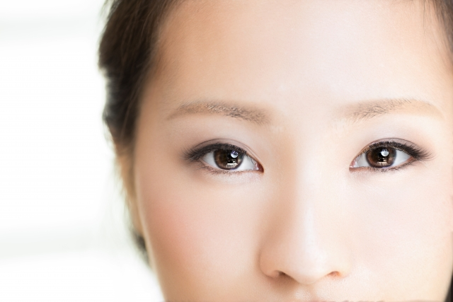 蒸しタオルで視力回復した女性