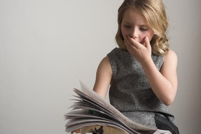 新聞を読んでいる少女