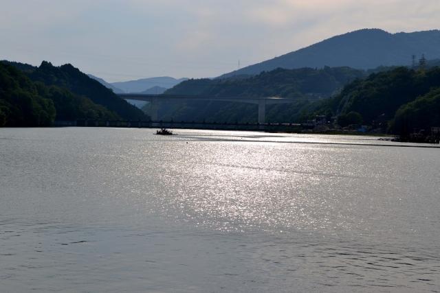 ダムの近くにある風景