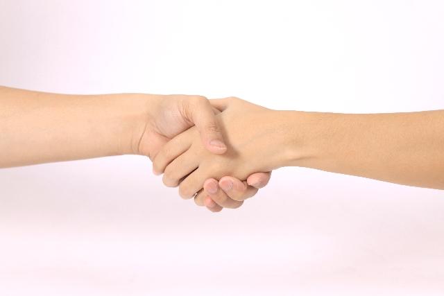 大切な人の手を握る画像