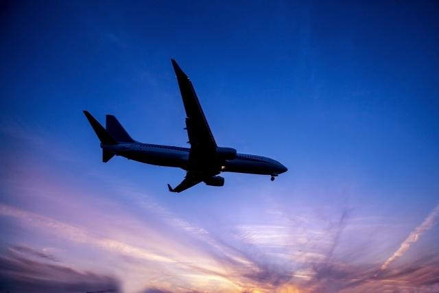 空港から飛び立っていく飛行機