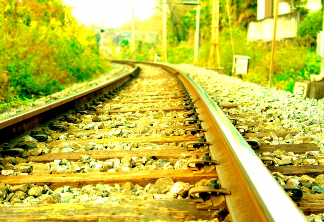 列車が走っていく線路