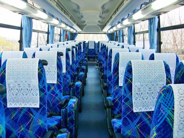 バスに乗り込むメンバー