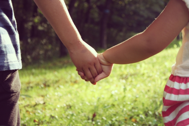 姉妹が握手している画像