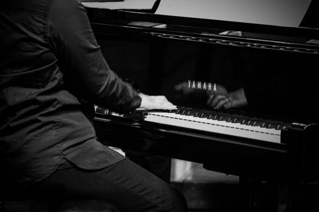 ピアノを弾く千秋