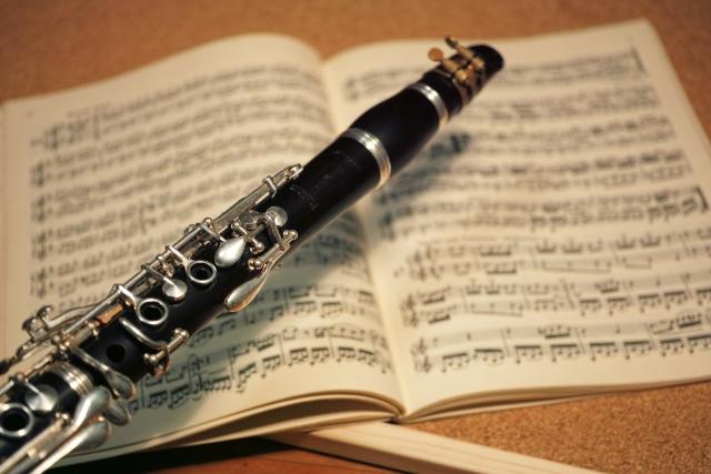 オーケストラで使用する楽譜と楽器
