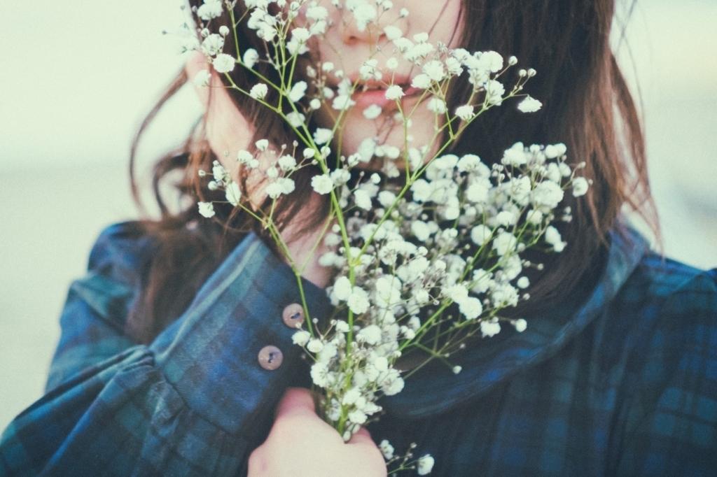 花を握りしめる女性