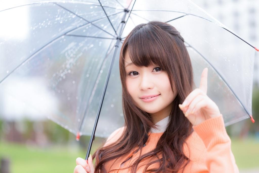 雨の歌を紹介する女性
