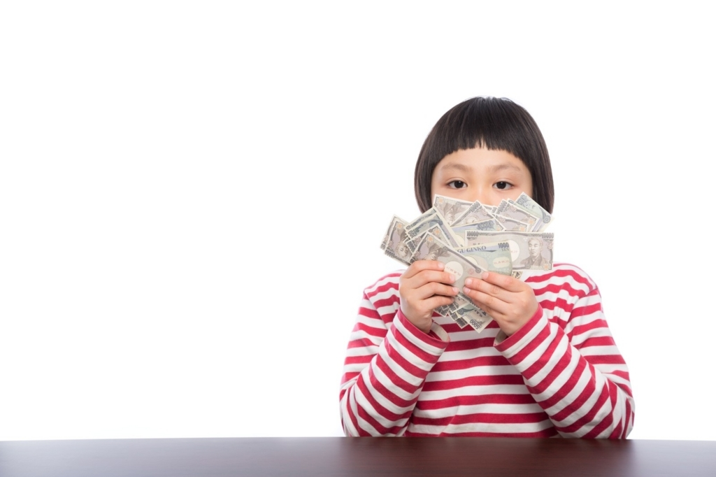 貯金を数える少女