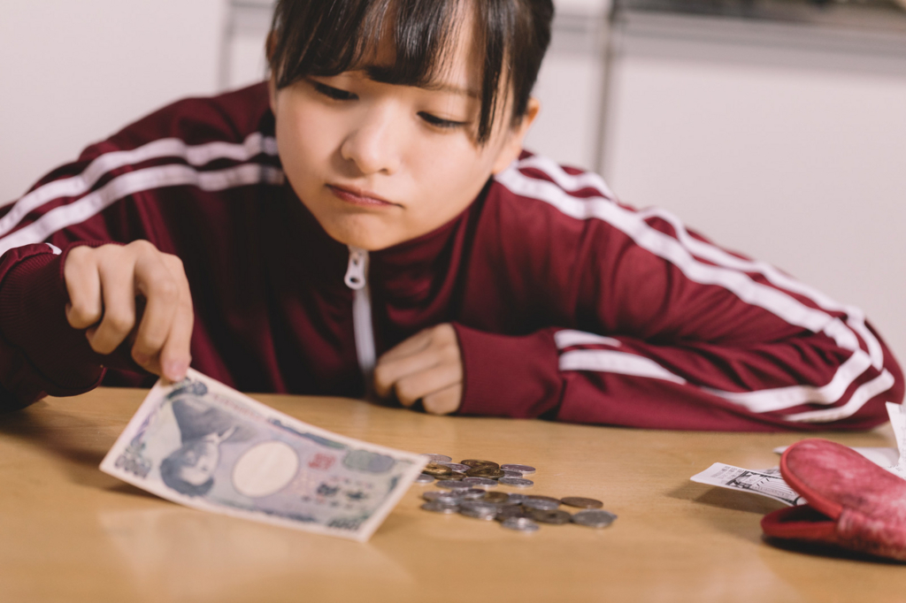 貯金に悩む女性の画像