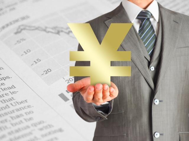 貯金のマークを示すビジネスマン