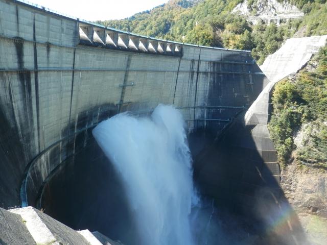 電気を供給するダム