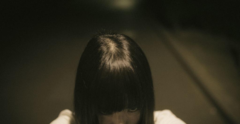 恐ろしい表情を浮かべる少女