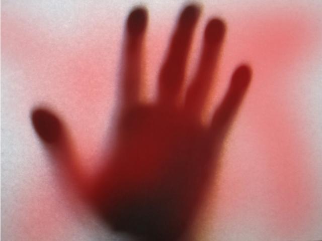 恐ろしい少年の手