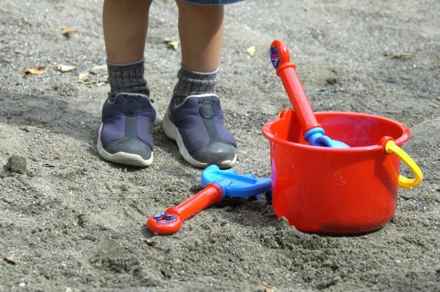 砂場で遊ぶ少年