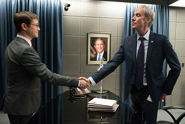 握手するスノーデン
