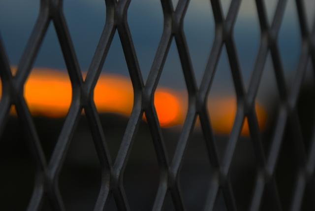柵に閉じ込められる恐怖