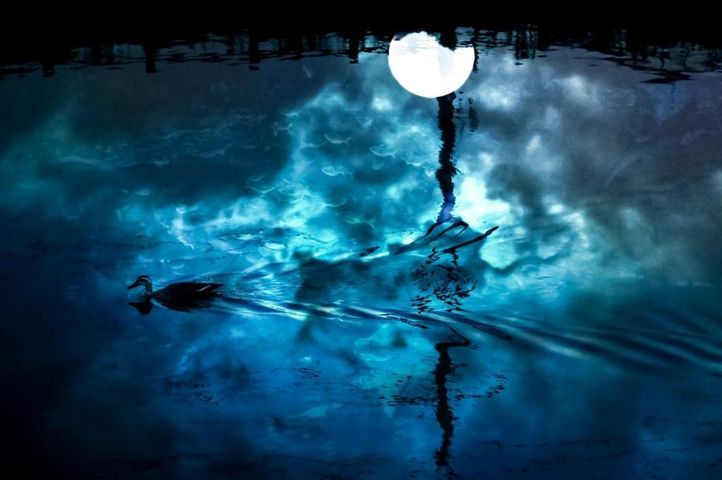 恐怖を感じさせる青い月