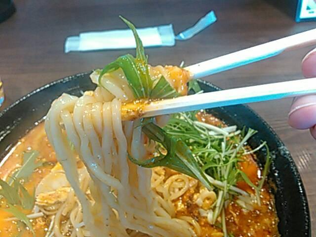 エビチリチーズの担々麺の麺の画像