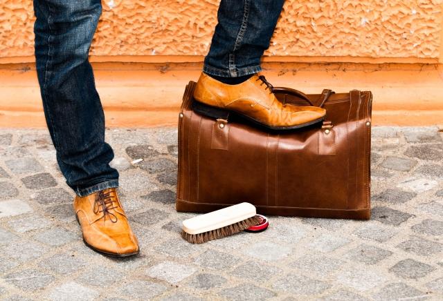 靴磨きをさせる画像