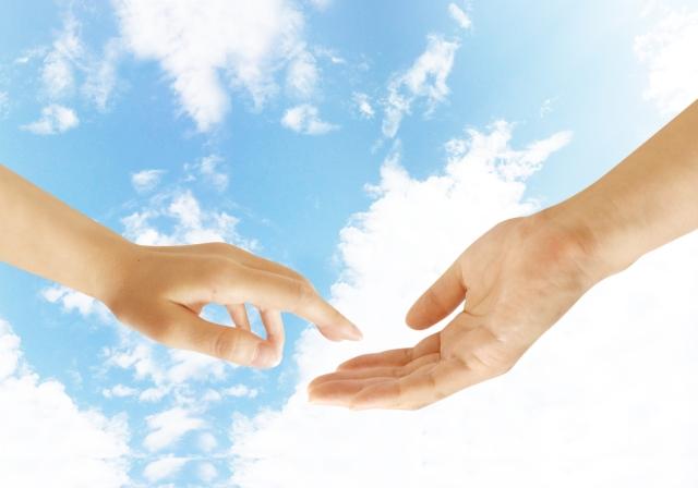 手を握ろうとする恋人