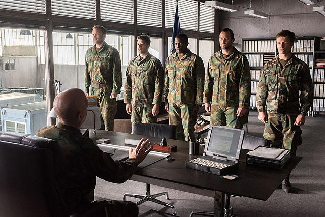 ジェイコブ少将に整列される隊員たち