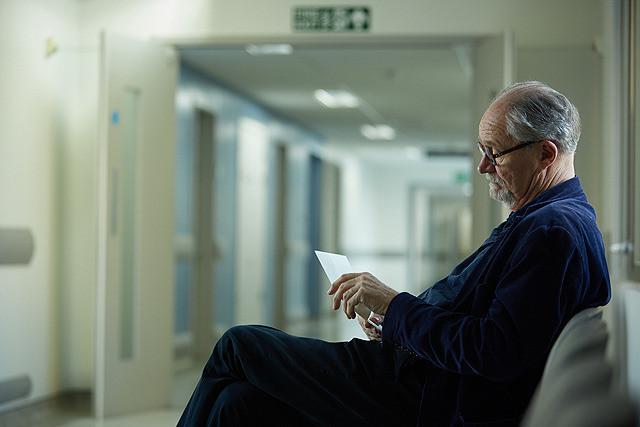 手紙を読むトニー