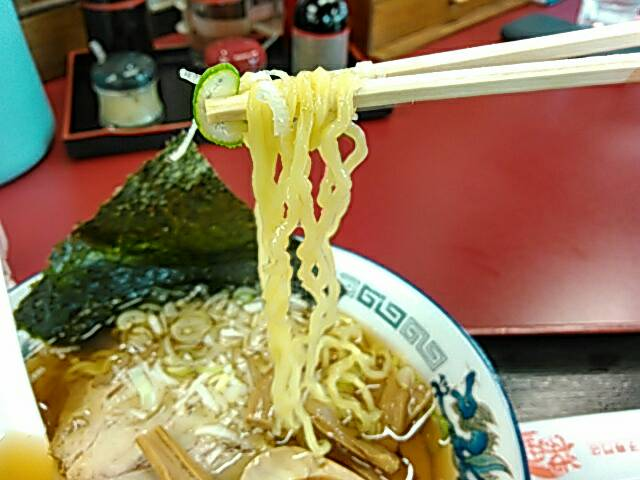 醤油ラーメンの麺の画像