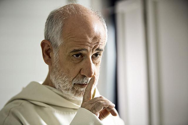 沈黙を続ける修道士