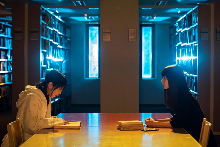 楓たちが図書室でザンビを調査