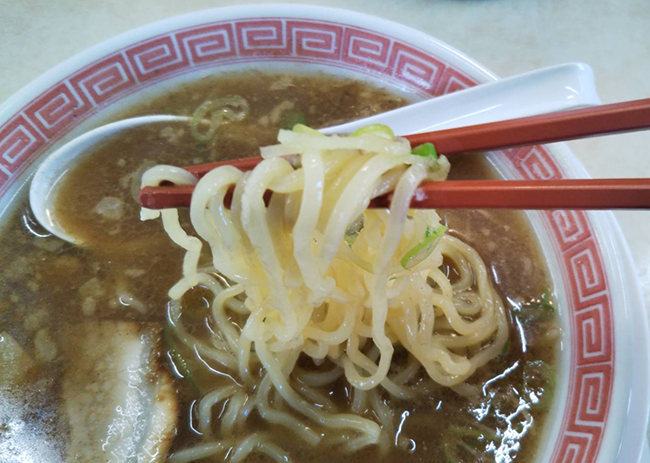 煮干しラーメン(こってり味)の麺の画像