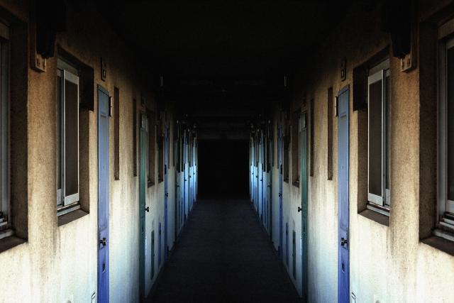 暗がりの団地の画像