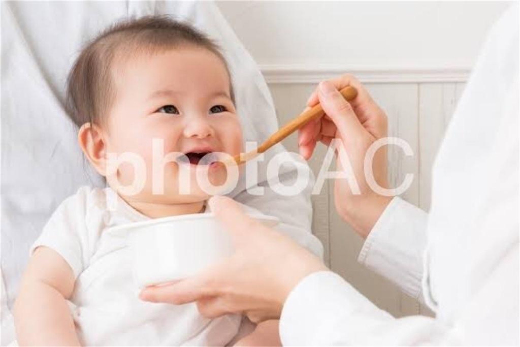 ご飯を食べている赤ちゃん