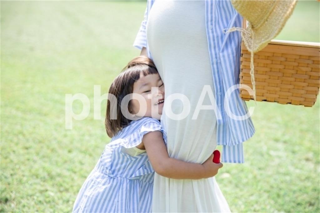 ママに抱きつく子供
