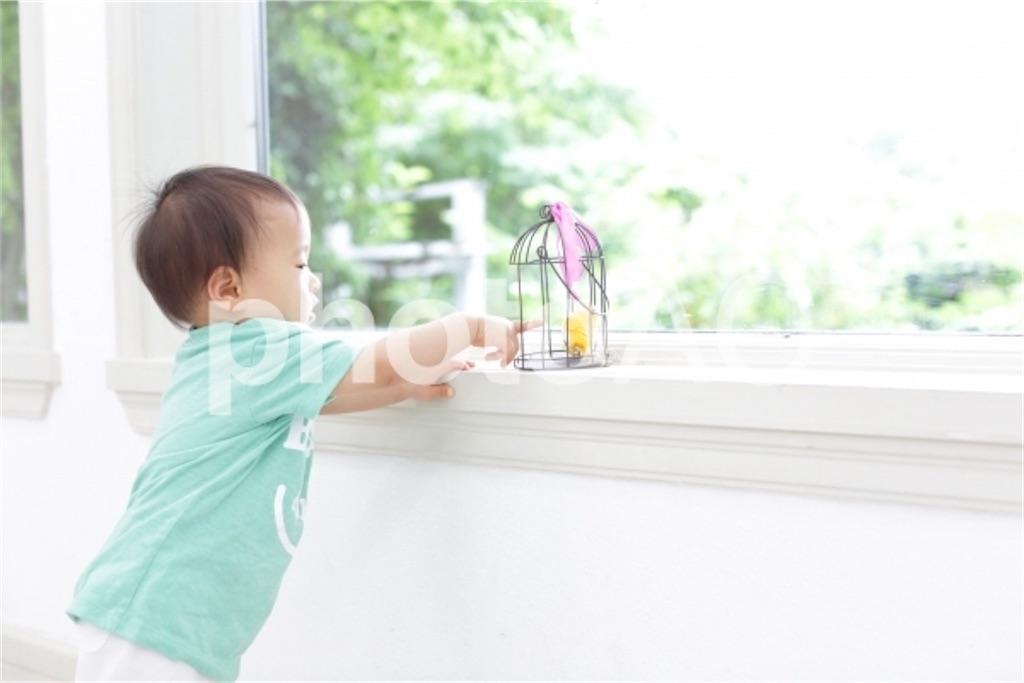 つかまり立ちをする赤ちゃん
