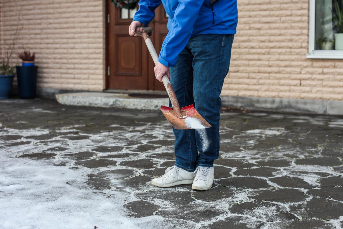 雪を溶かす方法①塩をまくの画像