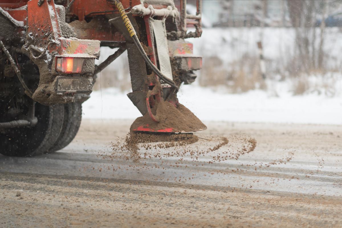 雪を溶かす方法:炭や土をまく