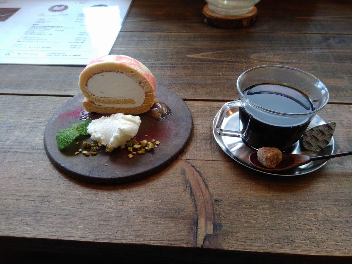 森のナカノカフェ ロールケーキとコーヒー