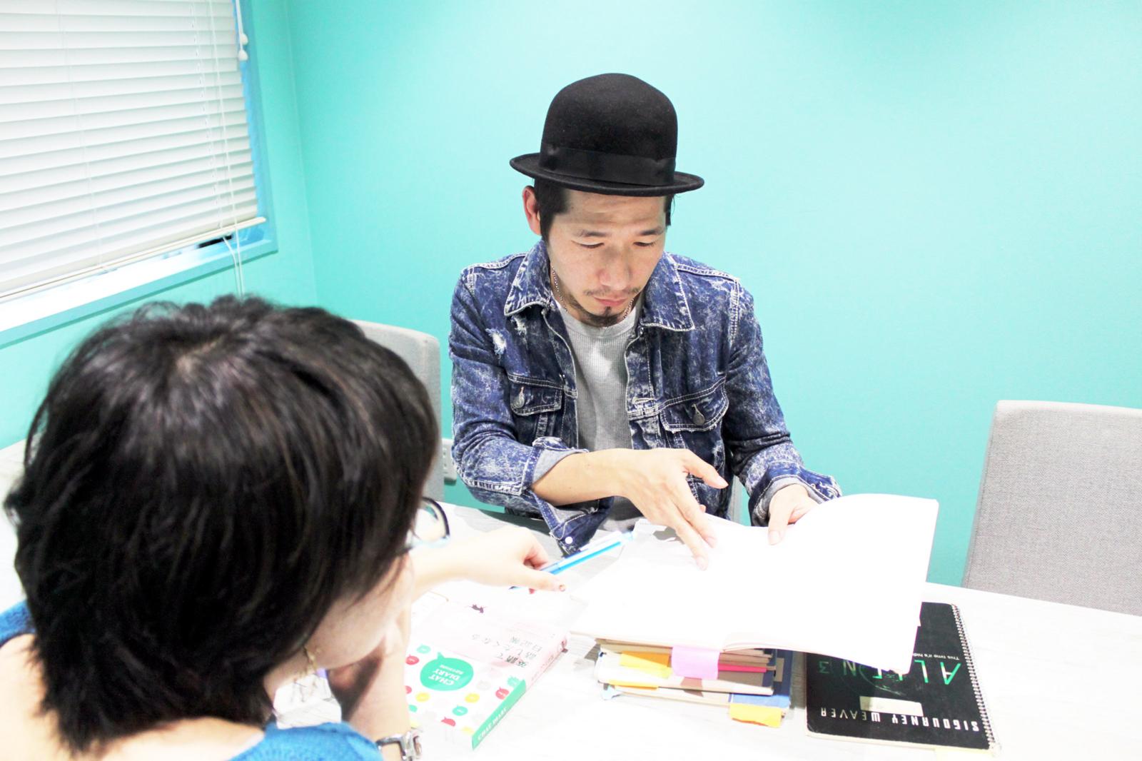 日記の中身を見せてくれる大倉さん