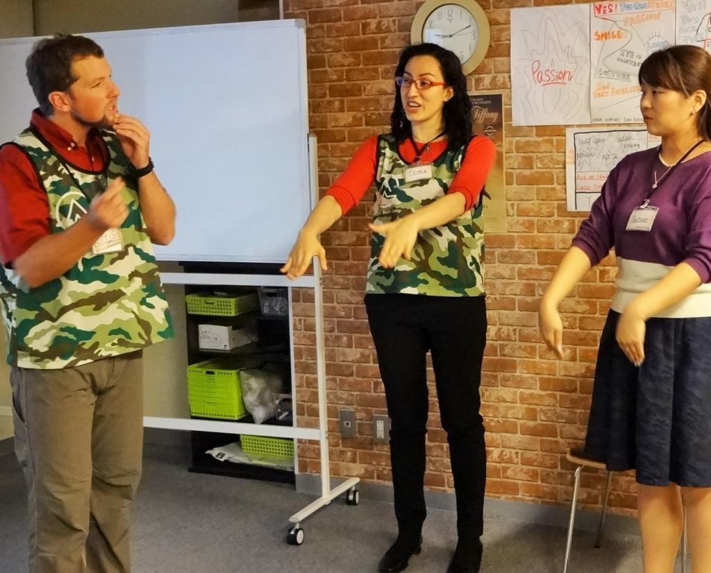 イングリッシュブートキャンプ「ジム」のトレーナーと発音を学ぶ様子