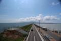 休憩所と諫早湾側展望所を結ぶ陸橋から島原側を望む。