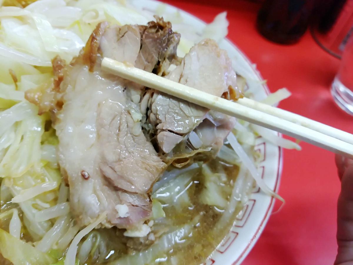 ラーメン二郎三田本店の豚はデカくて美味い!