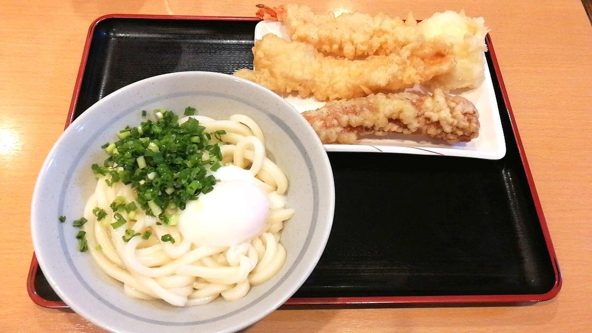 讃岐うどん條辺、温玉うどんと天ぷら各種を注文