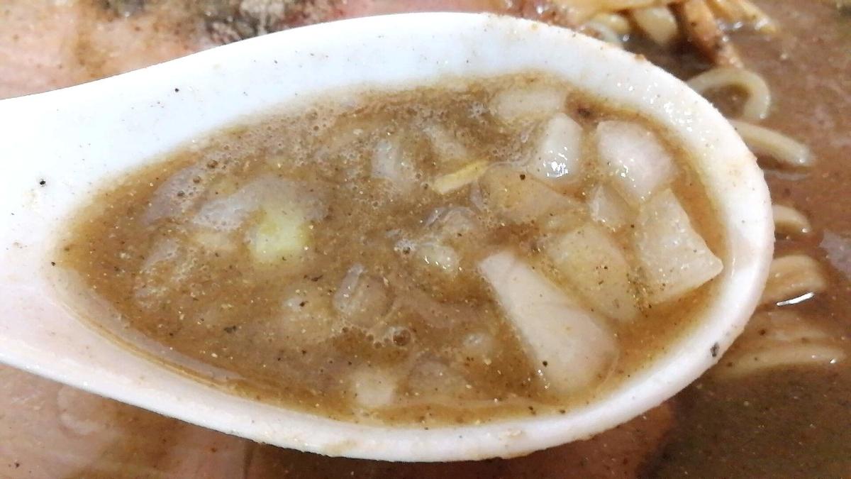 とのさきの煮干中華はタマネギが良い仕事して美味しい。